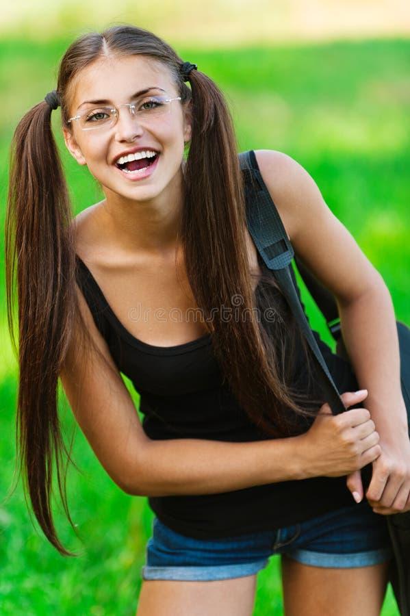 Attraktive Frauengläser mit Beutel lizenzfreie stockbilder