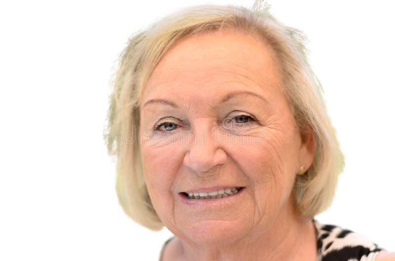 Attraktive freundliche ältere blonde Frau stockbilder