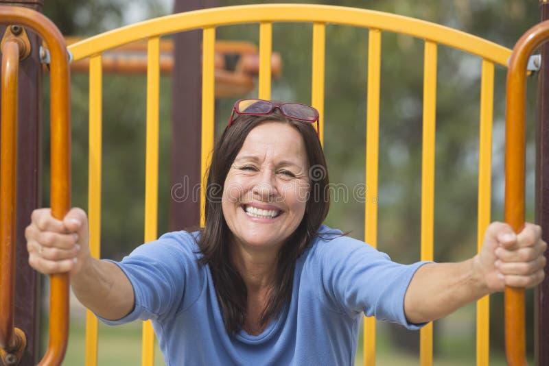 Attraktive frohe lächelnde ältere Frau stockbilder