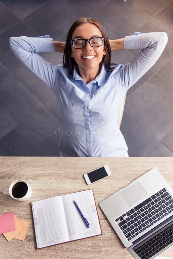 Attraktive Geschäftsdame im Büro lizenzfreies stockfoto