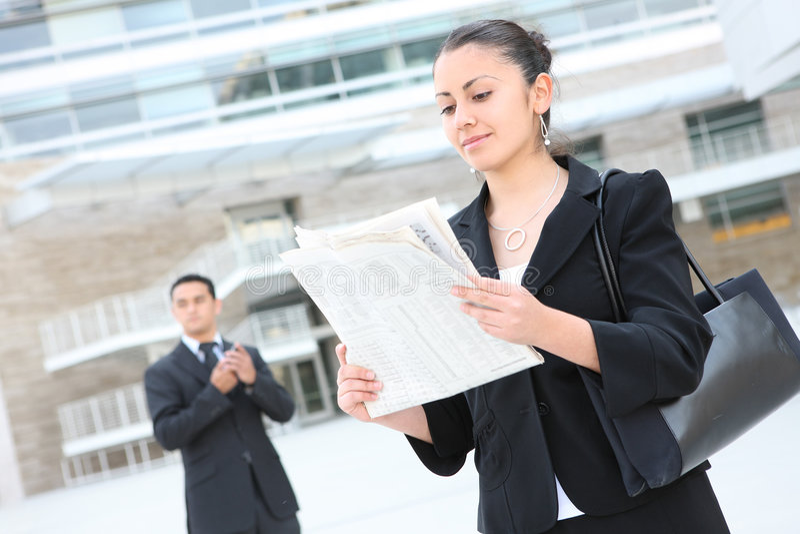 Attraktive Geschäftsfrau am Bürohaus stockbilder