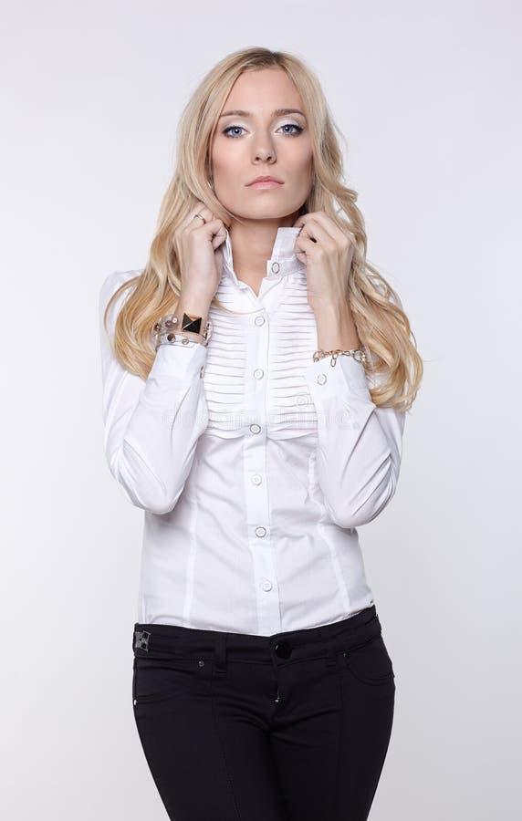 Attraktive Geschäftsfrau in der Bluse und in den Hosen stockbild