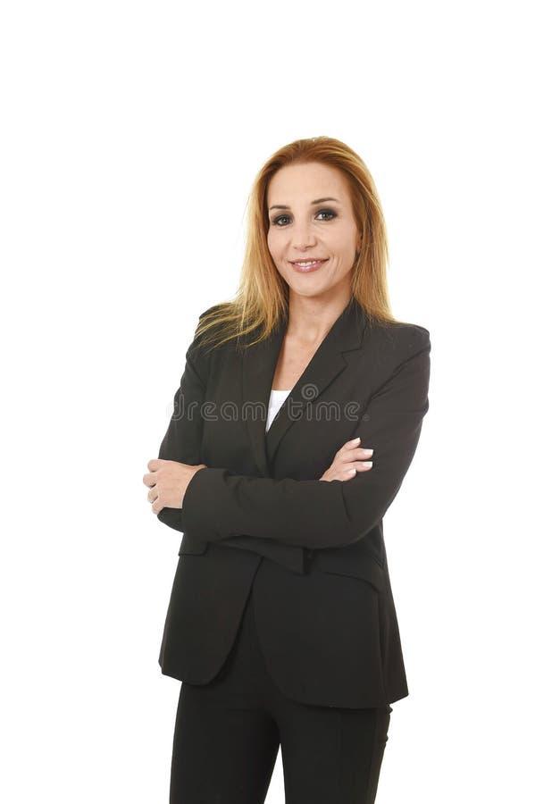 Attraktive Geschäftsfrau des blonden Haares des Firmenkundengeschäftporträts mit dem gefalteten Armlächeln glücklich und überzeug stockbild