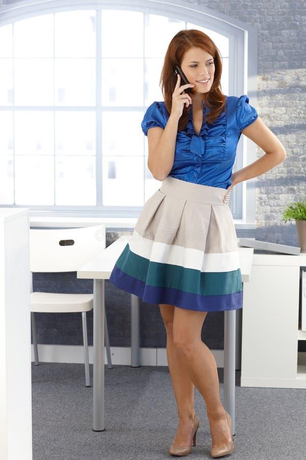 Attraktive Geschäftsfrau, die Handy verwendet stockfotos