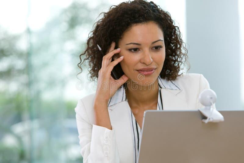 Attraktive Geschäftsfrau, die an Laptop arbeitet