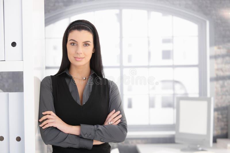 Attraktive Geschäftsfrau im Büro lizenzfreie stockfotos