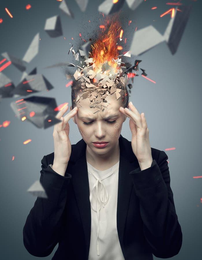 Attraktive Geschäftsfrau mit explodierenden Kopfschmerzen stockfotos