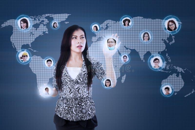 Attraktive Geschäftsfrau wählen Arbeitskraft online lizenzfreie abbildung