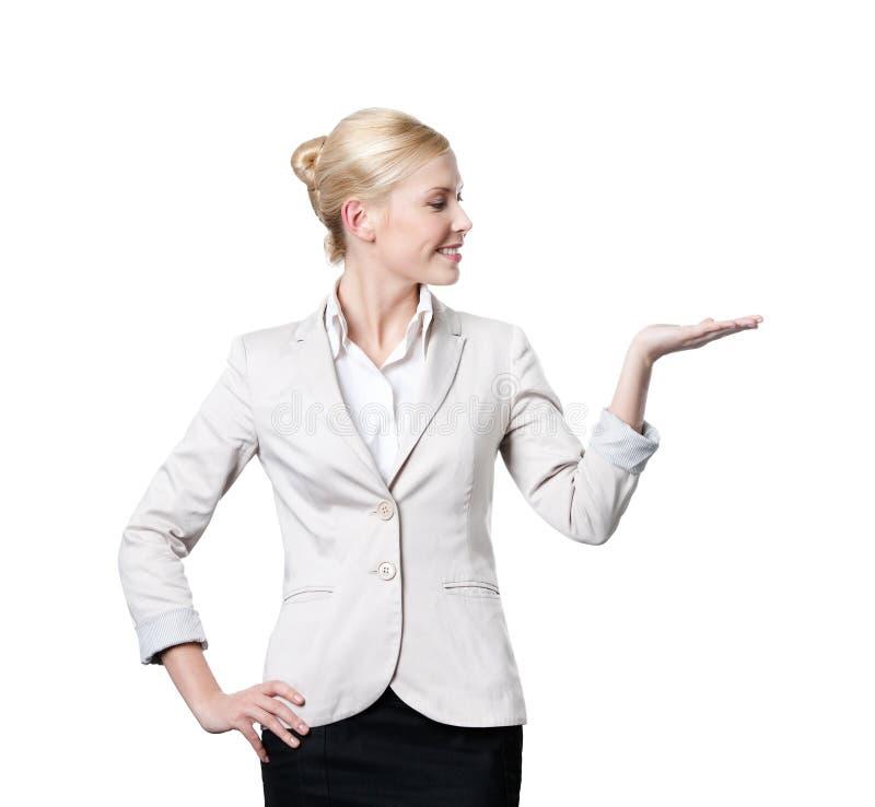 Attraktive Geschäftsfrauangebote etwas lizenzfreie stockfotografie