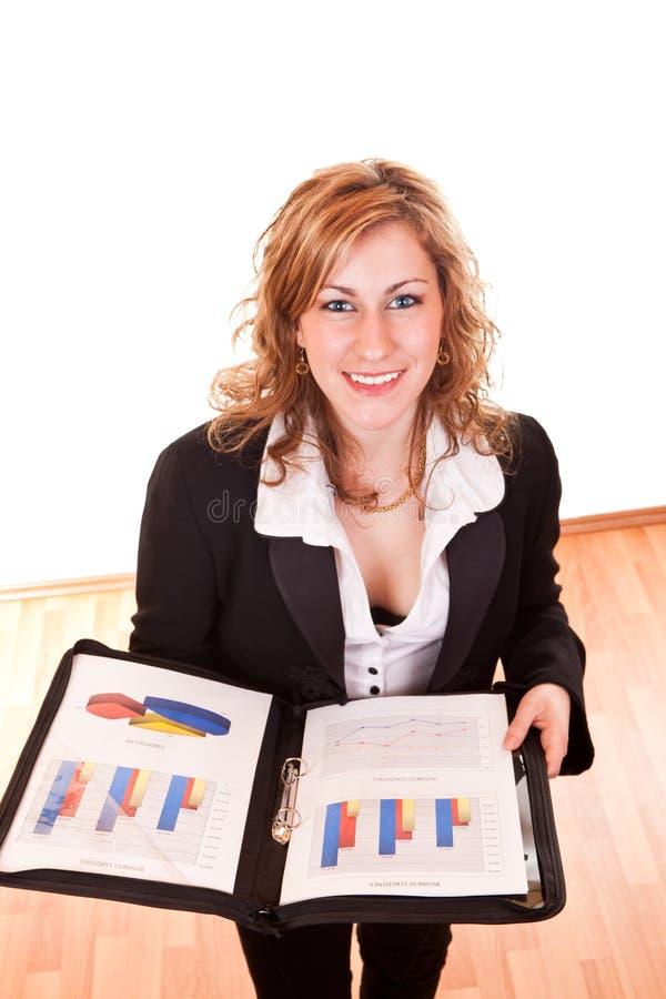 Attraktive Geschäftsfrauholdingdokumente stockfotos