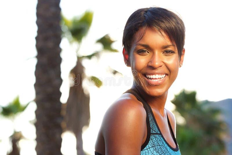 Attraktive gesunde Afroamerikanerfrau, die draußen lacht lizenzfreie stockfotografie