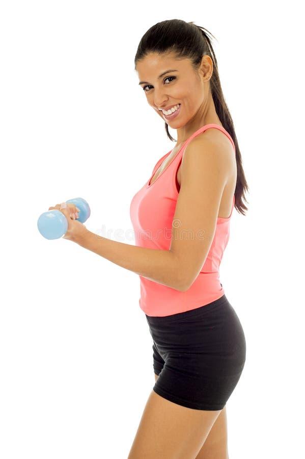 Attraktive glückliche lateinische Frau, die den Gewichtsdummkopf tut Eignungstraining hält stockfotografie