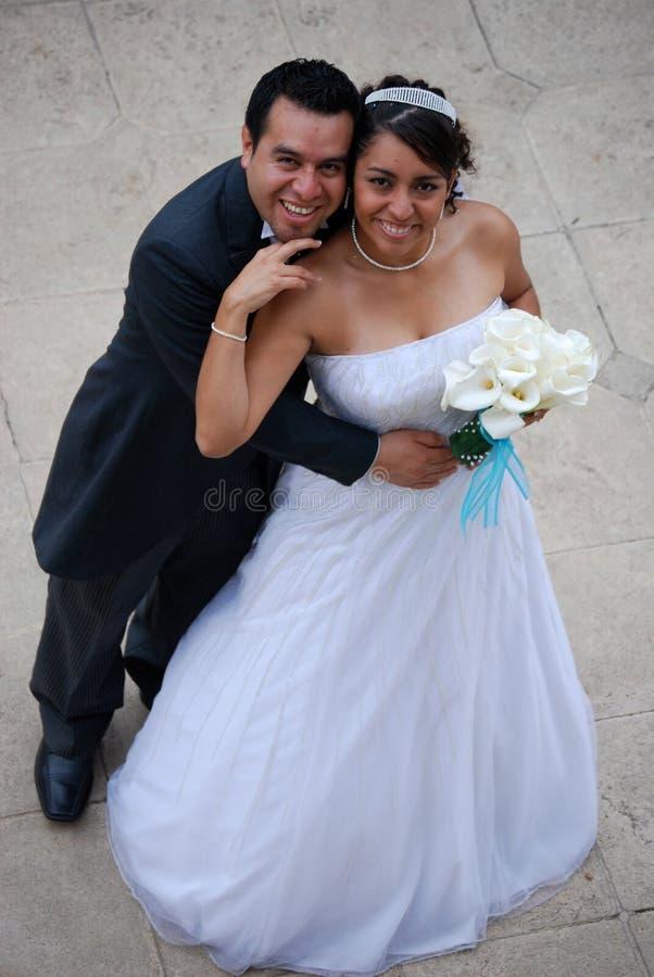 Attraktive hispanische Braut und Bräutigam stockbild