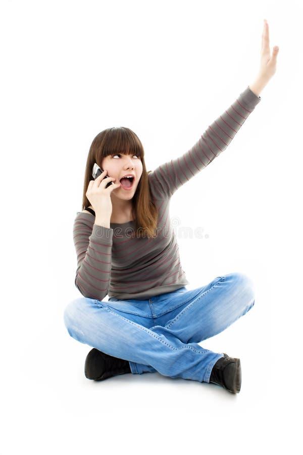 Attraktive Jugendliche, die während des Telefonaufrufs zujubelt lizenzfreies stockfoto