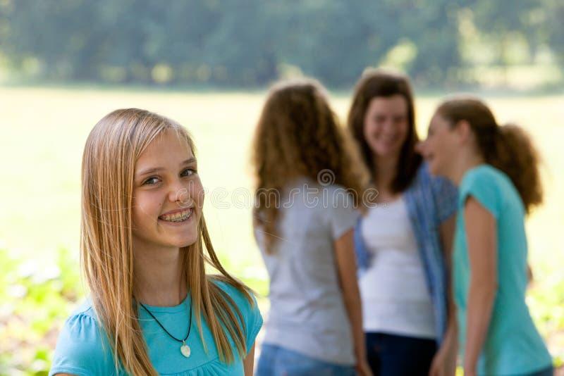Attraktive Jugendliche mit zahnmedizinischen Klammern stockbild