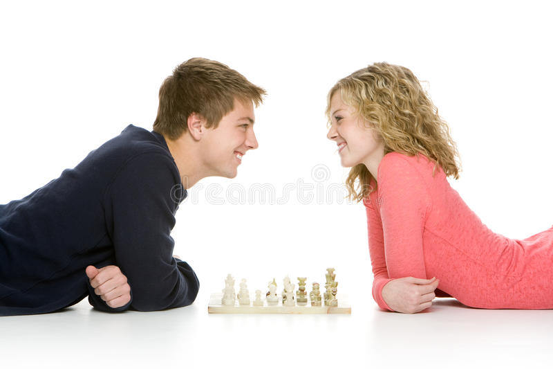 Attraktive Jugendpaare, die Schach spielen lizenzfreie stockfotos