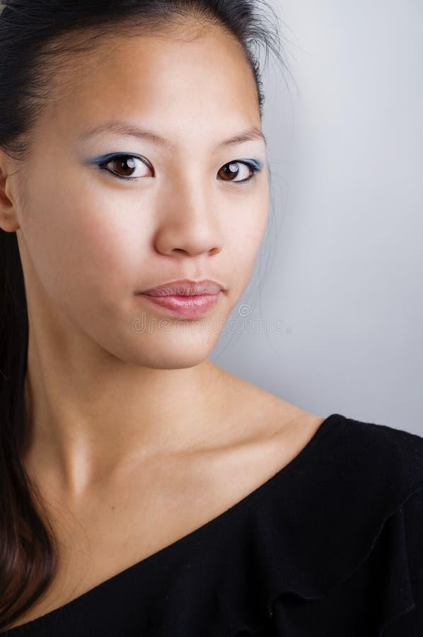 Attraktive junge asiatische Frau lizenzfreie stockbilder