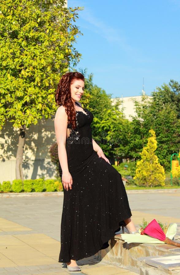 Attraktive junge Dame im Freien lizenzfreies stockfoto