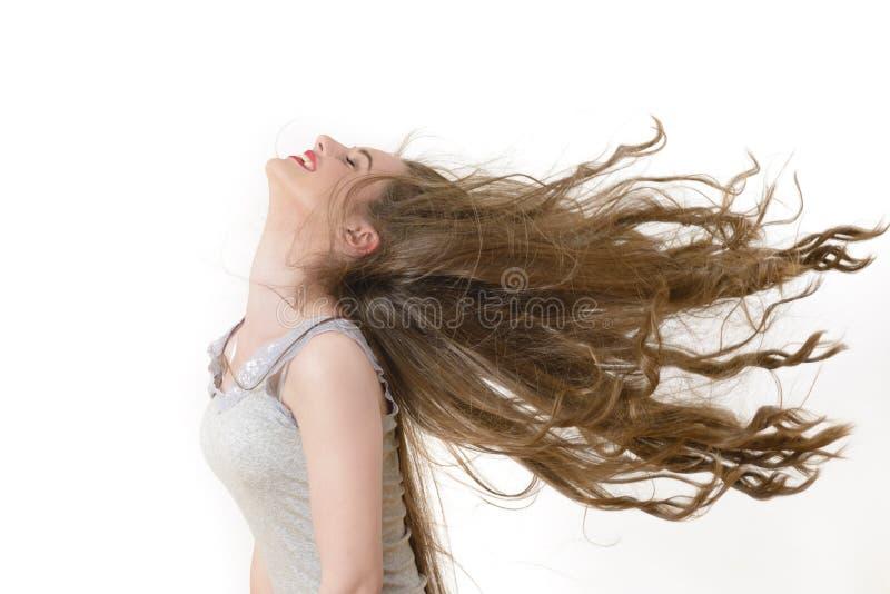 Attraktive junge Dame mit Kamm auf einem grauen Hintergrund stockfoto