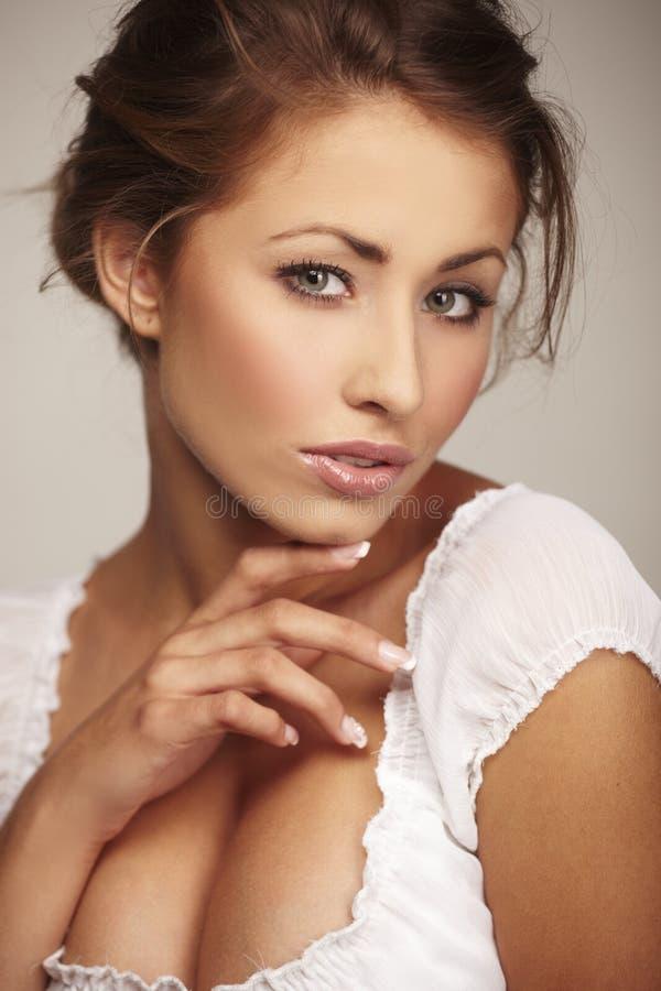 Attraktive junge entspannende Frau lizenzfreie stockbilder