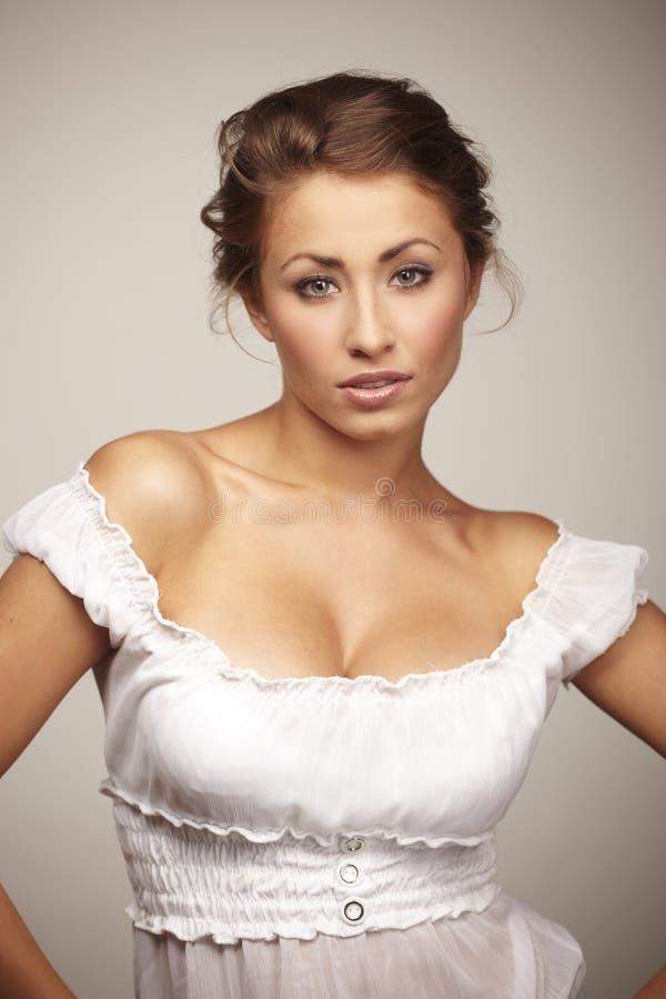 Attraktive junge entspannende Frau lizenzfreie stockfotos