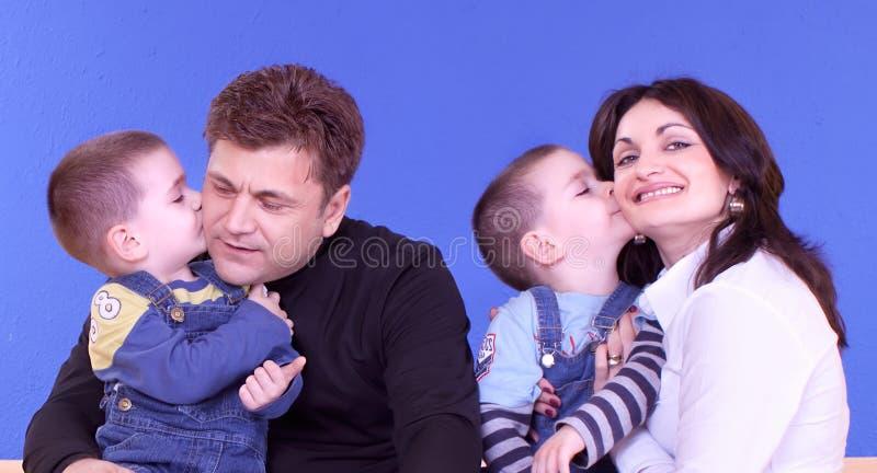 Attraktive junge Familie lizenzfreie stockbilder