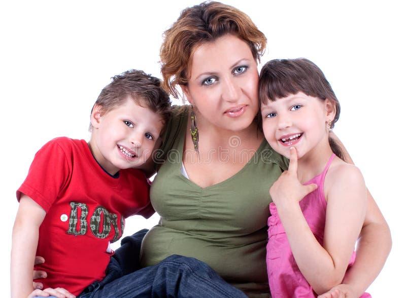 Attraktive junge Familie, die einen Bruch nimmt lizenzfreie stockfotografie