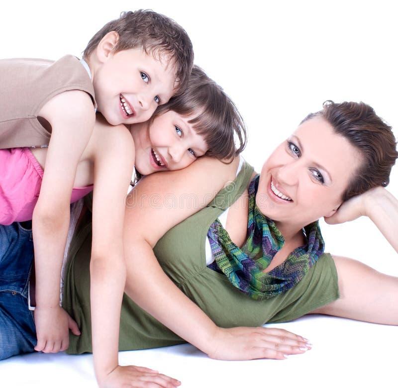 attraktive junge Familie, die einen Bruch nimmt lizenzfreies stockbild