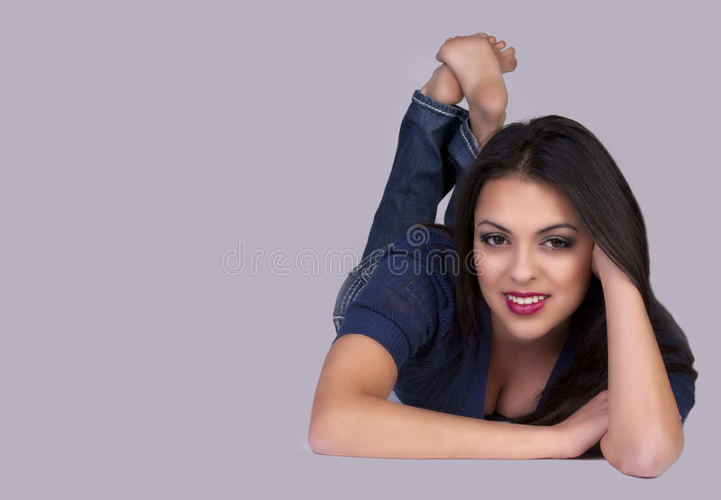Attraktive junge Frau lizenzfreies stockbild