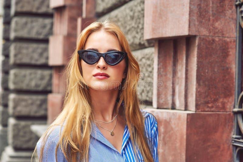 Attraktive junge Frau in der Stadt lizenzfreies stockbild