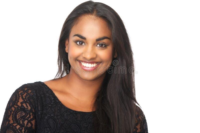 Attraktive junge Frau, die auf lokalisiertem weißem Hintergrund lächelt stockbilder