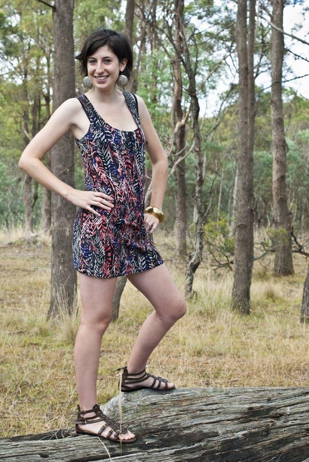 Attraktive junge Frau, die auf Protokoll aufwirft stockbild
