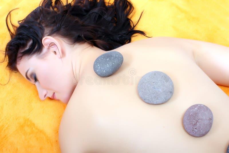 Attraktive junge Frau, die Badekurortbehandlung erhält. stockbild