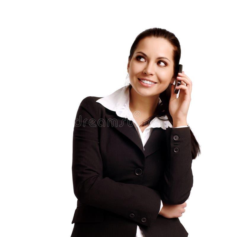 Attraktive junge Frau, die durch Mobiltelefon benennt. stockbilder