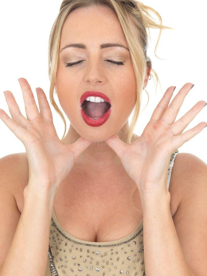 Attraktive junge Frau, die für Aufmerksamkeit oder Hilfe schreit oder ausruft stockfotos