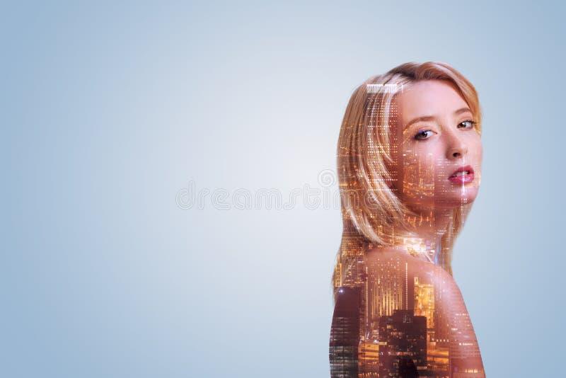 Attraktive junge Frau, die gegen städtischen Hintergrund aufwirft lizenzfreie stockbilder