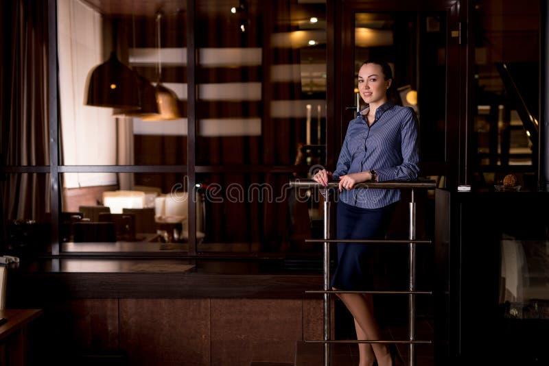Attraktive junge Frau, die im Restaurant stillsteht lizenzfreie stockfotos