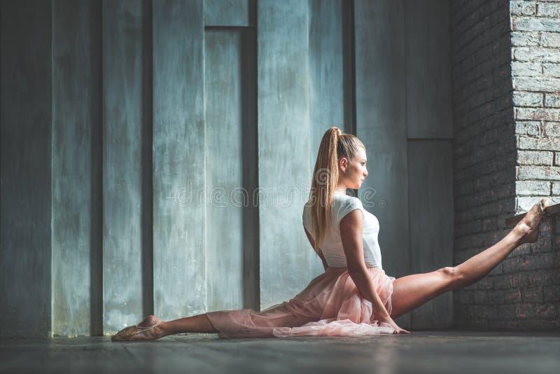 Attraktive junge Frau, die im Tanzstudio übt stockbilder