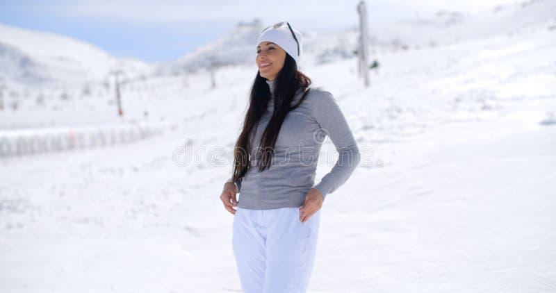 Attraktive junge Frau, die im Winterschnee steht lizenzfreie stockfotos