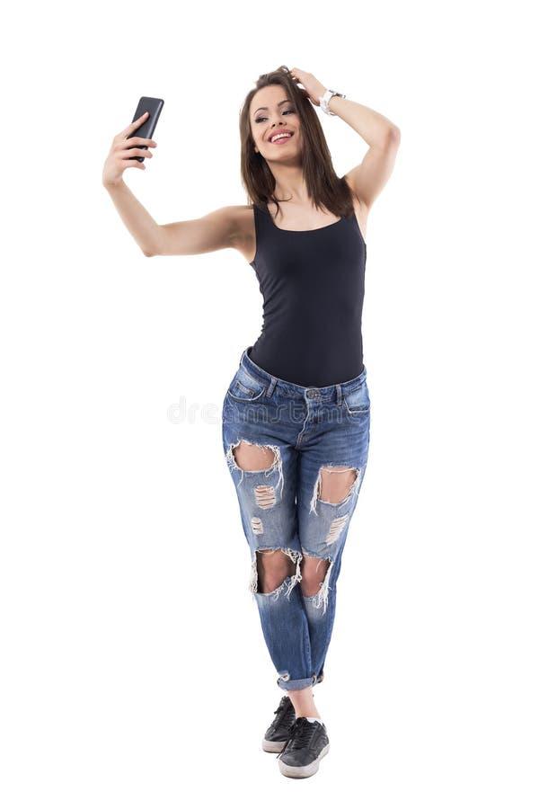 attraktive junge Frau, die selfie Fotos mit Handy aufwirft und macht stockfotografie