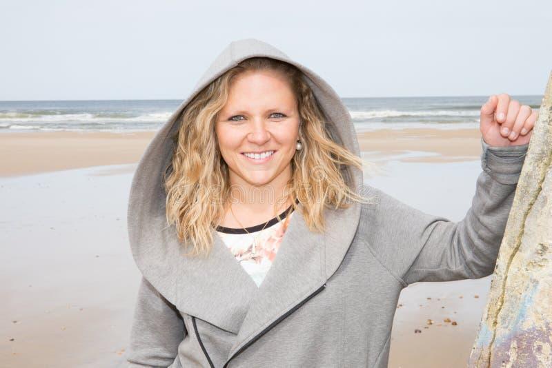 Attraktive junge Frau draußen in den Sommerstrandferien nahe dem Ozean auf einem Sommer lizenzfreies stockbild