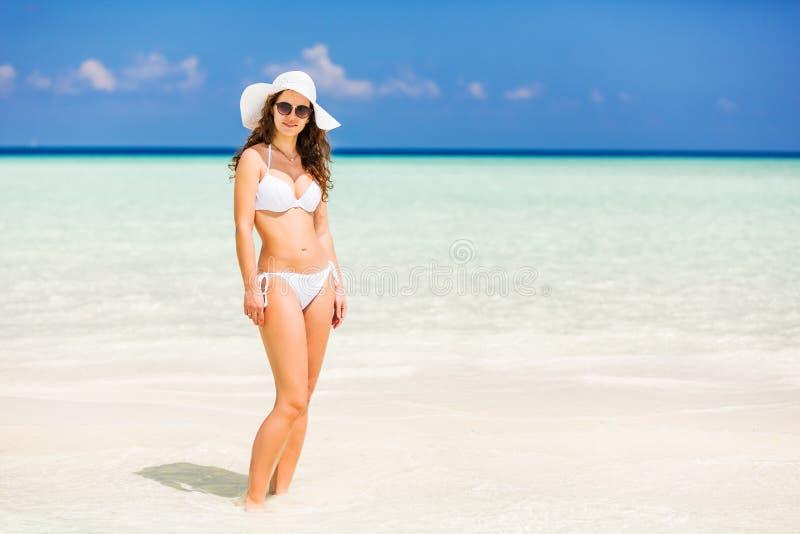 Attraktive junge Frau genießt maledivischen Strand stockfotos