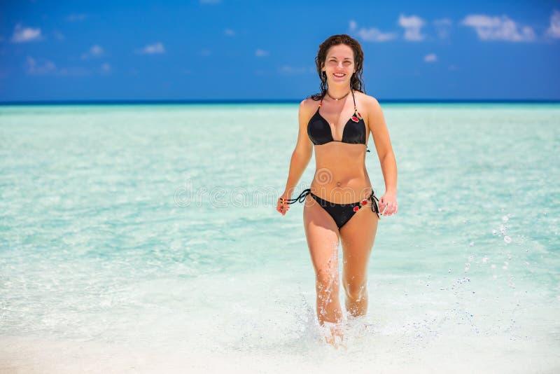Attraktive junge Frau genießt maledivischen Strand lizenzfreie stockfotos