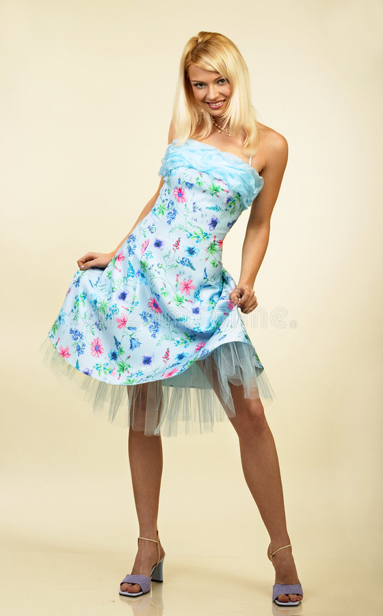 Attraktive junge Frau im Abendkleid. Portrait. lizenzfreie stockbilder