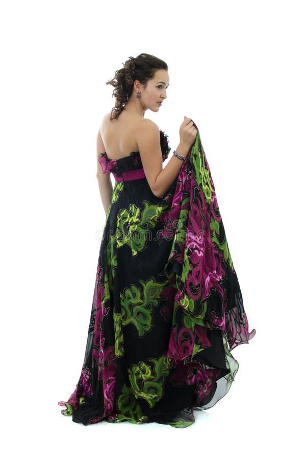 Attraktive junge Frau im schwarzen Kleid lizenzfreies stockbild