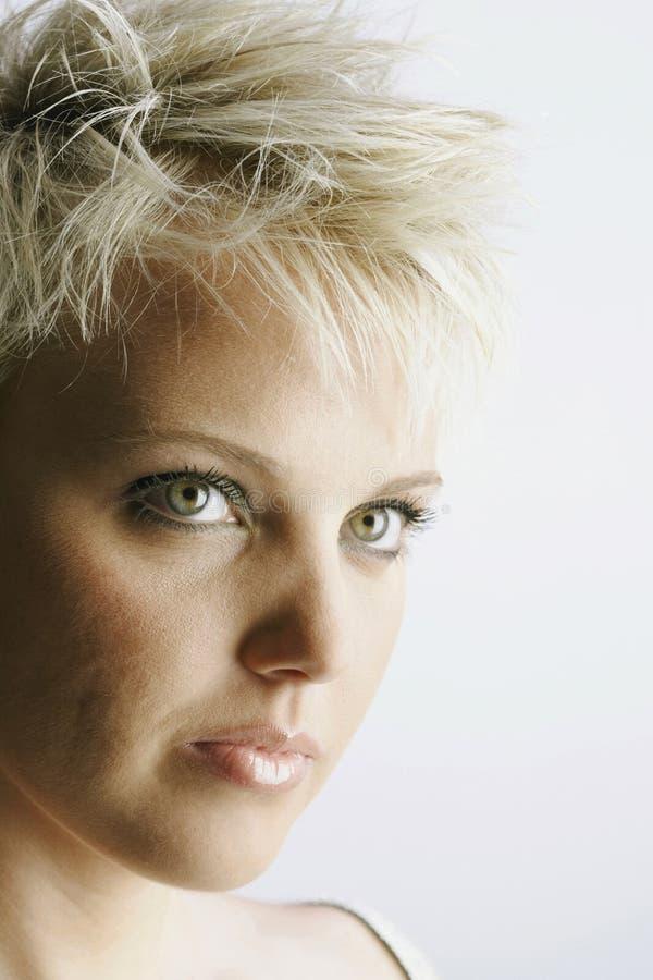 Attraktive junge Frau mit dem kurzen blonden Haar lizenzfreies stockfoto