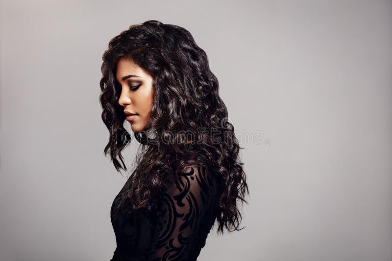 Attraktive junge Frau mit dem lockigen Haar stockfotos