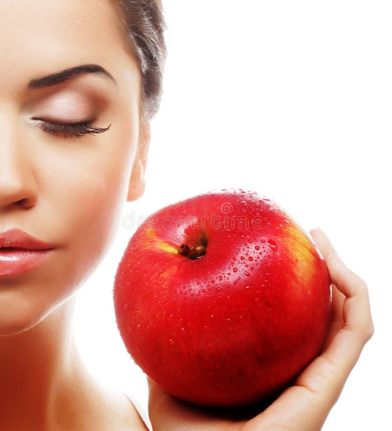 attraktive junge Frau mit einem Apfel lizenzfreie stockfotos
