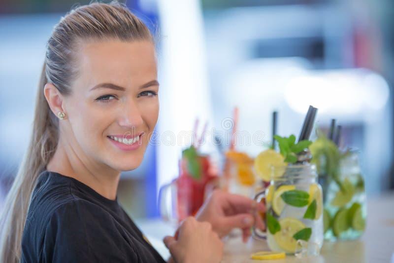 Attraktive junge Frau mit einem schönen Lächeln beim Arbeiten in a lizenzfreie stockbilder