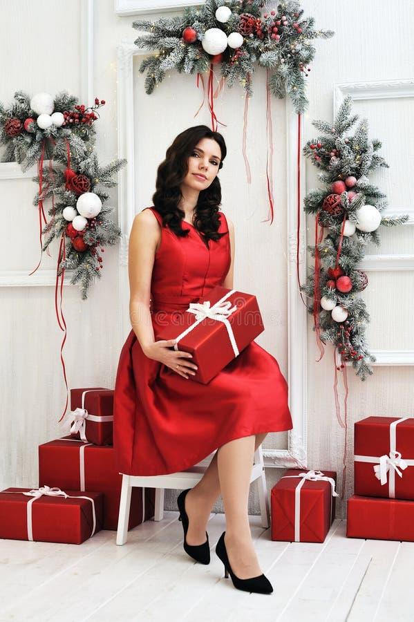 Attraktive junge Frau mit einem Weihnachtsgeschenk stockbild